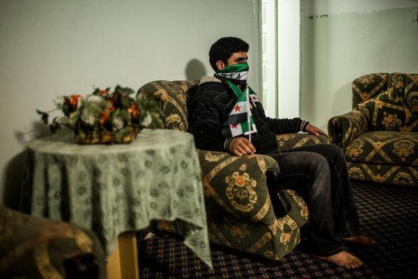 الطفل يعيش الآن في الأردن وكان أحد الأطفال الذين اعتقلوا وعذبوا قبيل بداية الثورة.